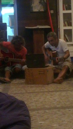 Granny´s Hostel : playing music in the lobby