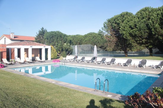 Quinta do Monteverde: The swimming pool with tennis court behind