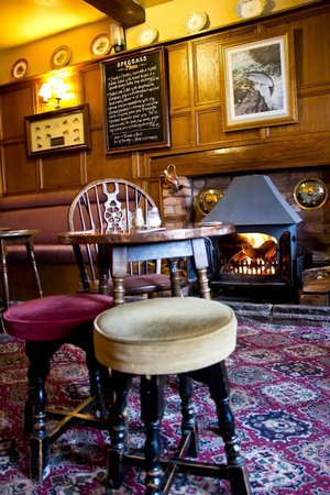 Red Lion Hotel: Traditional oak panelled bar