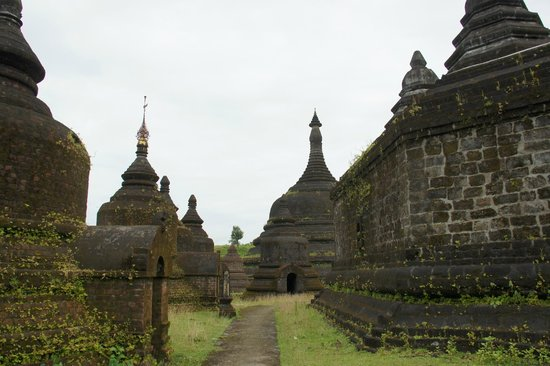 Mrauk U, Birmania: walking round the stupa