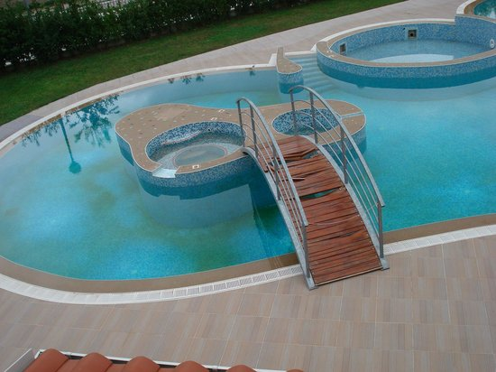 Hotel President Solin: Green and badly maintained pool