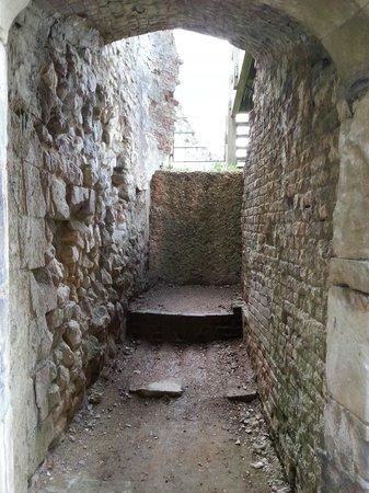 Farnham Castle: archway
