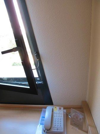 Ibis Marseille Centre Euromed : Window