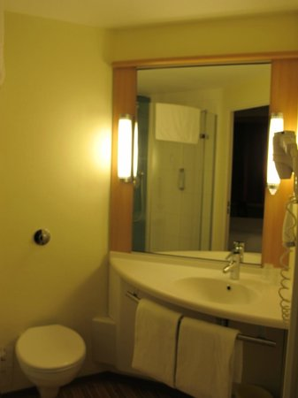 Ibis Marseille Centre Euromed: Bathroom