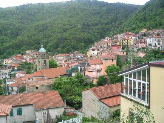 Ostello Tramonti : 가장 오른편 연한 레몬색이 숙소임. 이렇게 한적한 마을