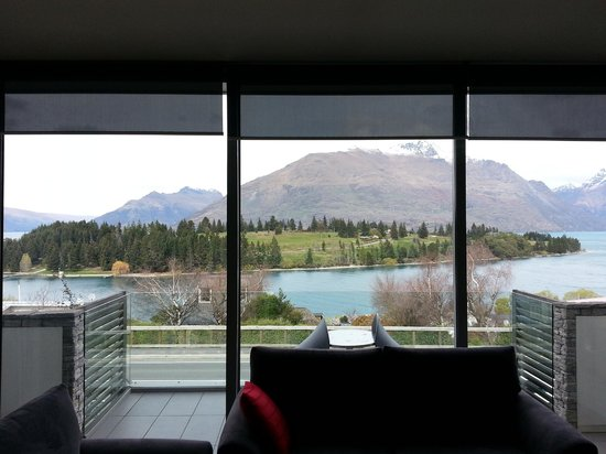 Pounamu Apartments: Looking out from the comfy couch.