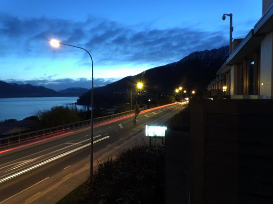 Pounamu Apartments: Light trails looking towards central Queenstown.