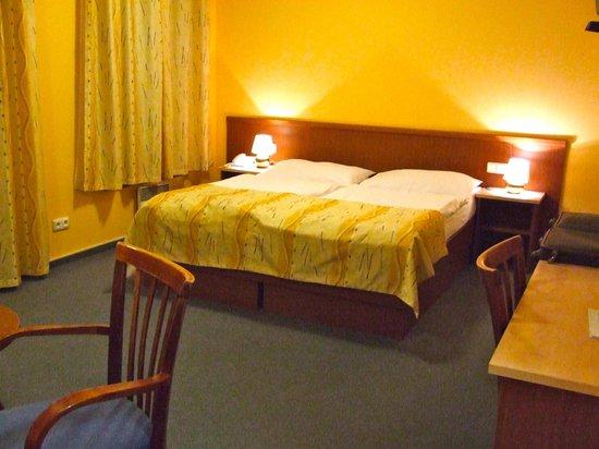 Austria Suites: Bed met wel hard matras
