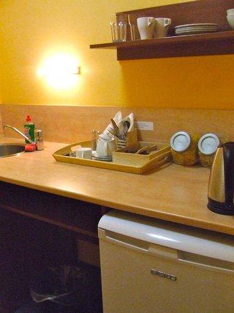 Austria Suites: Keukentje met koelkast