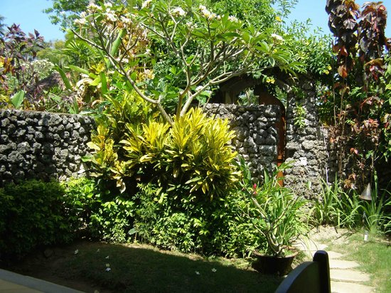 Sari Sanur Resort : Private garden, view from the terrace.