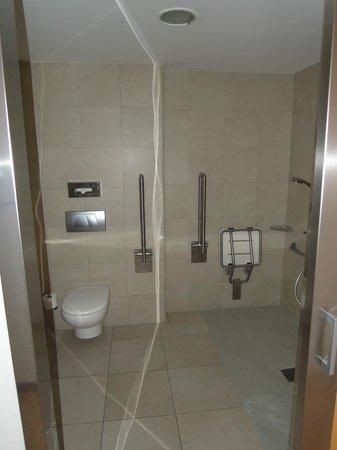 Ayre Hotel Caspe: Baño adaptado a minusválidos. Llegué un poco pronto y tenían una hab adaptada. Todo ok