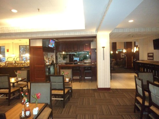 Embassy Suites by Hilton Portland Maine: bar