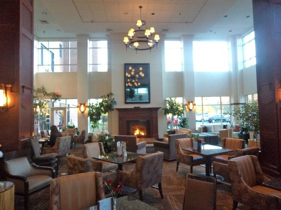 Embassy Suites by Hilton Portland Maine : Bar area