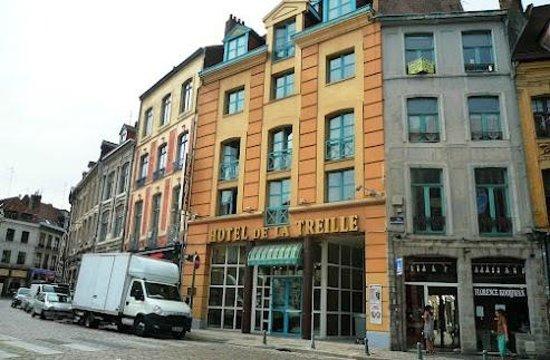 Hotel de la Treille: Right on the main road