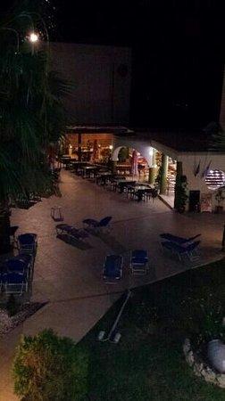 Sea Melody Hotel-Apartments: Poolbaren på kvällen. Bra som lunchställe.
