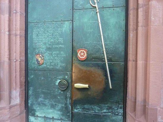 Katholische Pfarrkirche St. Stephan: Entrance door (there are far more better window photos than mine)