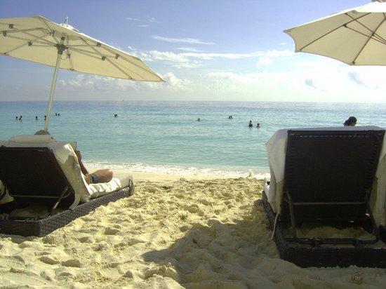 Sun Palace: Relax on the beach