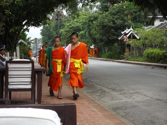 Hotel 3 Nagas Luang Prabang MGallery by Sofitel: Monjes cruzando frente al hotel.