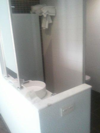 """Hotel Fontana Plaza: salle de bain """"ouverte"""" chambre."""