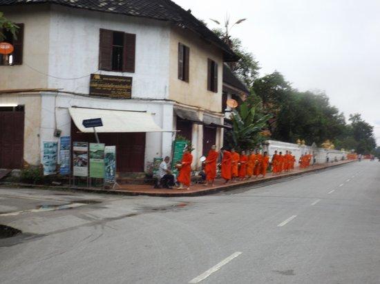 Hotel 3 Nagas Luang Prabang MGallery by Sofitel : Monjes cercanos ya a pasar frente al hotel 3 Nagas