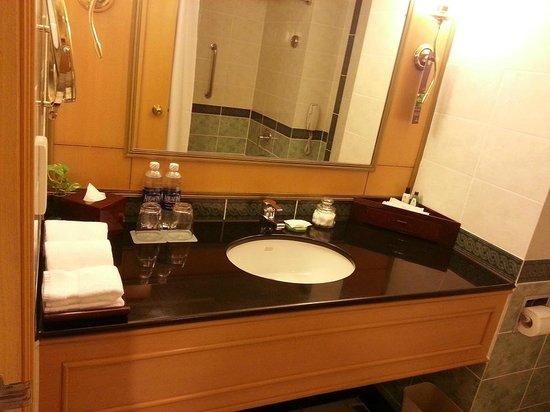 Renaissance Riverside Hotel Saigon : Bathroom