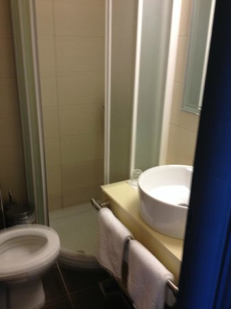 Astron Hotel : Small bathroom