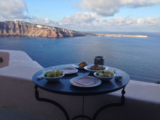 Theodora Suites : nreakfast on the terrace overlooking the caldera