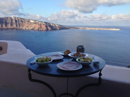 Theodora Suites: nreakfast on the terrace overlooking the caldera