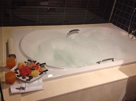 Millennium Resort Patong Phuket: our bath and room service fruit platter