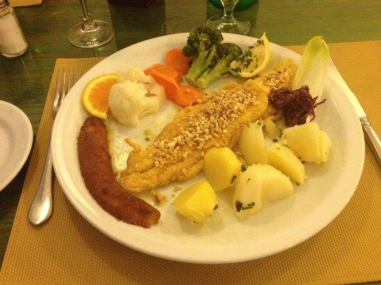 Restaurante os Marafados: Fish with almonds & banana