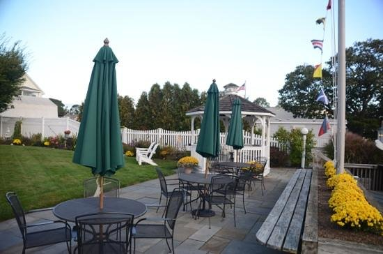 Inn at Harbor Hill Marina: relax and have a drink