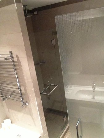 Crowne Plaza Hotel Verona - Fiera: the bathroom with tub and shower