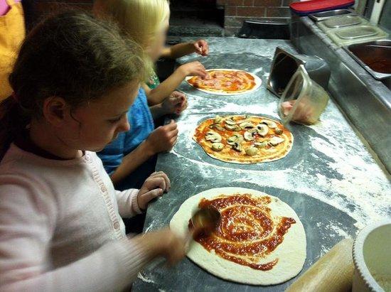 Mickey Mouse Tipical Restaurant  & Pizza: Die Kinder durften die Pizza selber belegen