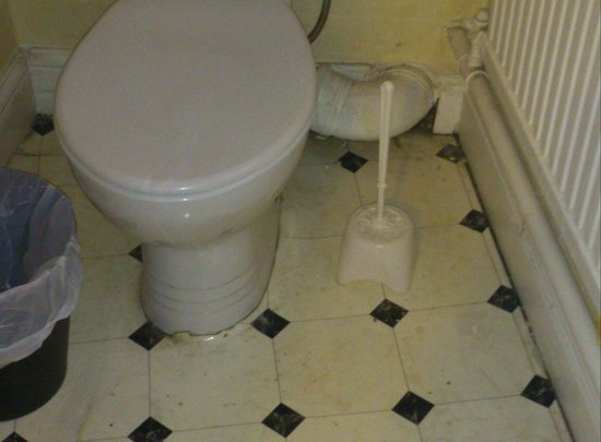 The Merchants Hotel : dirty floor and pipework