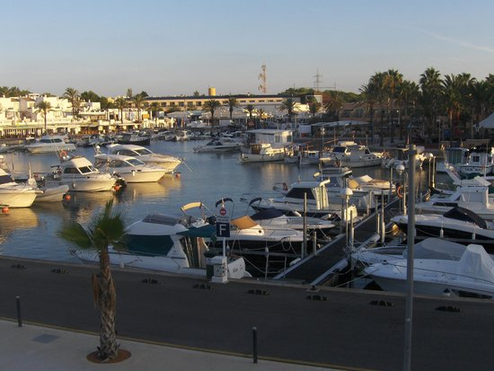 Aparthotel Paradise Club & Spa: Den charmerende havn med Paradise Club i baggrund