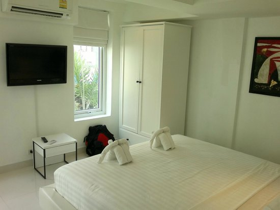Siam Palm Residence: Room with King size bed, carboard, TV and toilet