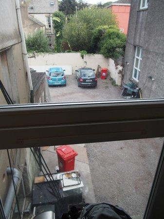 Anam Cara B&B: Blick aus dem Zimmer in den Hinterhof/Parkplatz