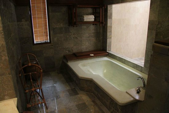 Grand Balisani Suites: The bathtub