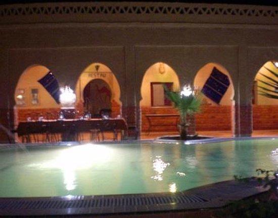 Riad Mamouche: 夕食はライトアップされたプールの横で