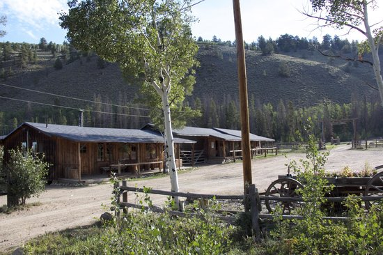 Rawah Ranch : Games cabin and horse outfitter