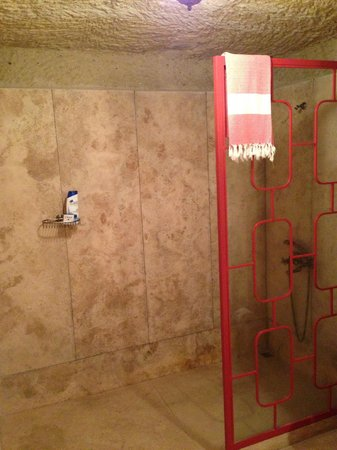Hezen Cave Hotel: huge shower