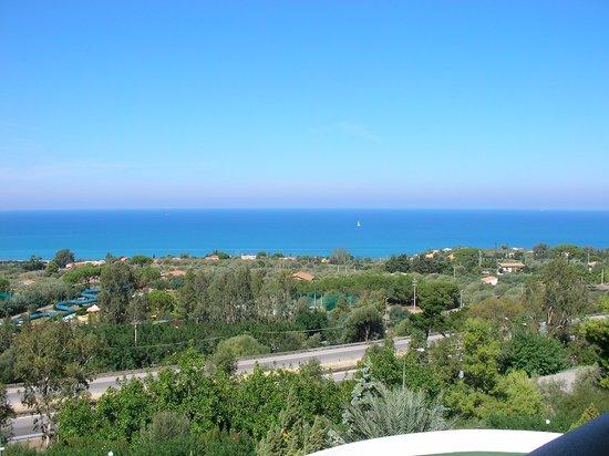 Hotel Club Costa Verde : Vue du balcon ( on distingue malheureusement l'autoroute )