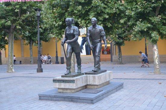 Sercotel Hotel Portales: homenagem aos peregrinos em frente ao hotel