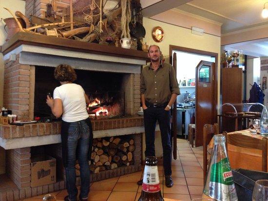 la sala e il camino con griglia picture of ristorante