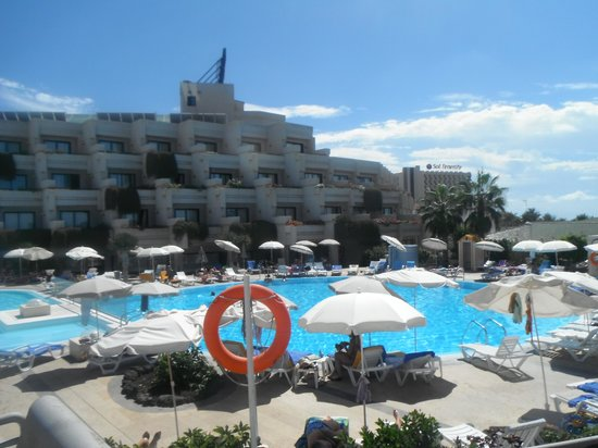 Hotel Gala : Pool Area....plenty room.