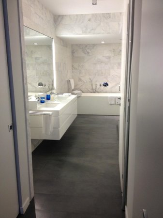 Boulan South Beach: Full bathroom