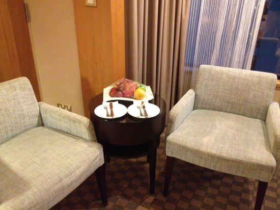 Carlton Hotel Singapore: Honeymoon fruit platter