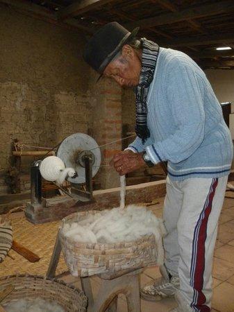 Tahuantinsuyo Weaving Workshop: Miguel Andrango en su taller