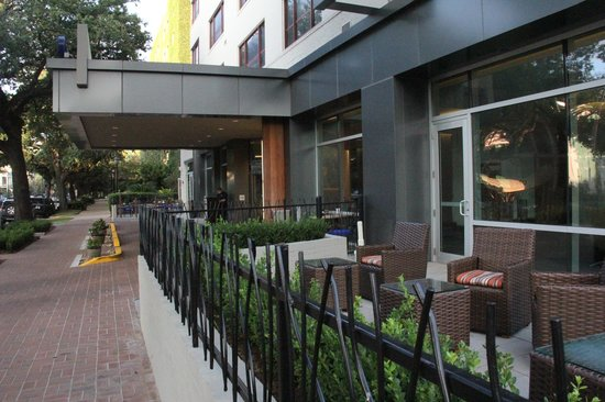 Hotel Indigo New Orleans Garden District: Lots of outdoor seating/lounge space