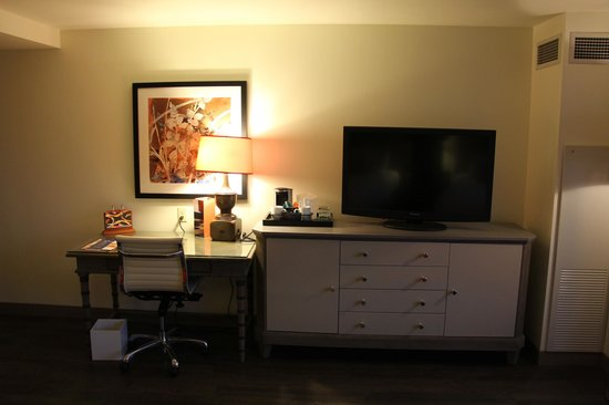 Hotel Indigo New Orleans Garden District: Wall with desk and TV.
